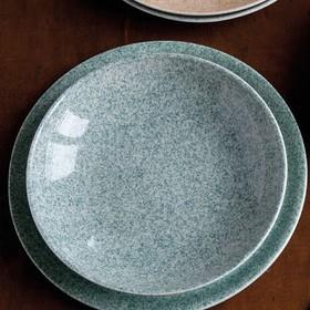 Collection Moucheté vert. Disponible en gris et en beige. . . . #artdelatable #decoration #vaisselle #servicedetable #vaissellemariage #vaissellechic #vaisselleporcelaine #porcelaineblanche #porcelaine #decotable #artdelatable #vaissellecontemporaine #vaisselledesign #vaissellemoderne #assiettes #servicedetable
